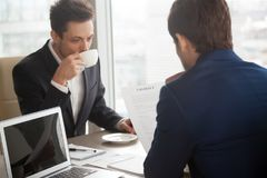 Бизнесмен представляя текст контракта к партнеру Стоковая Фотография
