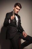 Бизнесмен предлагая вам стекло шампанского Стоковое Фото