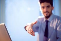 Бизнесмен предлагая трясти руки Стоковые Изображения RF