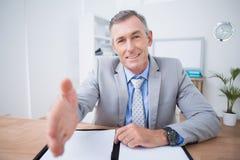 Бизнесмен предлагая трясти руки Стоковая Фотография RF