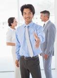 Бизнесмен предлагая трясти руки Стоковое фото RF