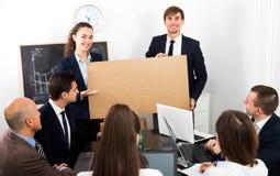 Бизнесмен представляет план новой разработки на плакате Стоковые Изображения