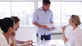 Бизнесмен представляя диаграмму к команде дела сток-видео