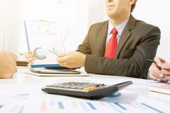 Бизнесмен представляя диаграммы стоковые фотографии rf
