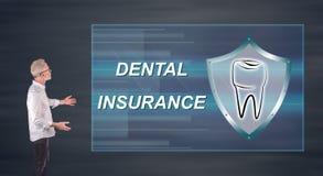Бизнесмен представляя концепцию зубной страховки на экране стены Стоковое Изображение