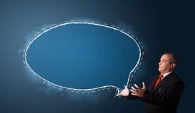 Бизнесмен представляя космос экземпляра пузыря речи Стоковая Фотография