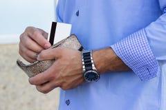 Бизнесмен принимает вне кредитную карточку от бумажника стоковая фотография rf