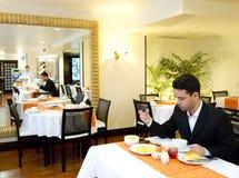 Бизнесмен принимает завтрак в гостинице стоковая фотография rf