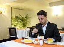 Бизнесмен принимает завтрак в гостинице стоковая фотография