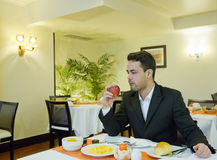 Бизнесмен принимает завтрак в гостинице стоковые фото
