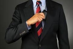Бизнесмен принимая бумажник изнутри карманн пальто Стоковое Изображение