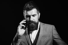 Бизнесмен при занятая сторона изолированная на черной предпосылке Человек с длинной бородой держит мобильный телефон Дело и бесед стоковые фото