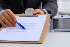 Бизнесмен при контракт давая ручку к партнеру для того чтобы подписать ее Стоковое Изображение RF