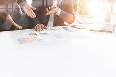Бизнесмен при контролер и секретарша команды финансовый делая отчет Стоковая Фотография RF