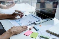 Бизнесмен при контролер и секретарша команды финансовый делая отчет Стоковое Изображение RF