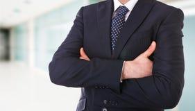 Бизнесмен при пересеченные рукоятки. стоковые изображения rf