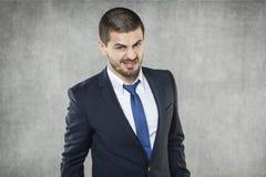 Бизнесмен при любознательное выражение смотря камеру стоковые изображения rf