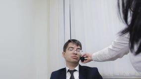 Бизнесмен пробуя ответить звонку используя его секретаршю сток-видео