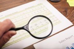 Бизнесмен проверяя отчет Стоковое Изображение