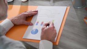Бизнесмен проверяя финансовый отчет сток-видео