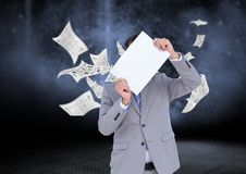 Бизнесмен проводя пустой плакат против графиков данных в предпосылке Стоковое фото RF