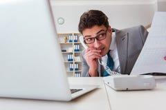 Бизнесмен протекая конфиденциальная информация над телефоном стоковая фотография