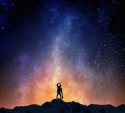 Бизнесмен против звёздного неба Мультимедиа стоковое фото