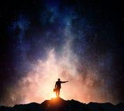 Бизнесмен против звёздного неба Мультимедиа стоковые фотографии rf
