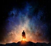 Бизнесмен против звёздного неба Мультимедиа стоковое изображение rf