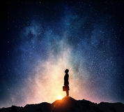 Бизнесмен против звёздного неба Мультимедиа стоковая фотография rf