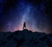 Бизнесмен против звёздного неба Мультимедиа Стоковые Изображения RF