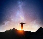 Бизнесмен против звёздного неба Мультимедиа Стоковые Изображения