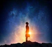 Бизнесмен против звёздного неба Мультимедиа Стоковое фото RF