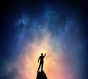 Бизнесмен против звёздного неба Мультимедиа Стоковые Фото