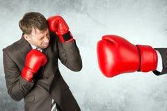 Бизнесмен против красной перчатки бокса Стоковые Изображения
