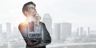 Бизнесмен против современной предпосылки города Мультимедиа Стоковая Фотография