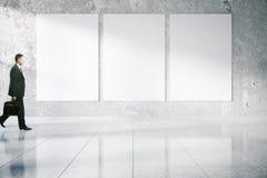 Бизнесмен проходя пустые плакаты Стоковое Изображение RF