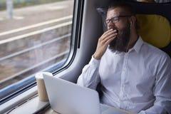 Бизнесмен путешествуя поездом стоковая фотография