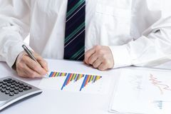 Бизнесмен работает на документе стоковое фото rf