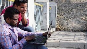 Бизнесмен 2 работает совместно о деле и исследовании видеоматериал