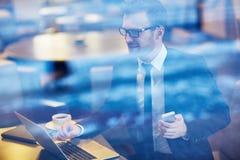 Бизнесмен работая в кафе на проломе Стоковое фото RF