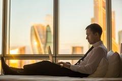 Бизнесмен работая в командировке Стоковая Фотография RF