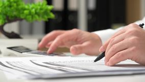 Бизнесмен работая в офисе и высчитывая финансы концепция финансового учета дела сток-видео