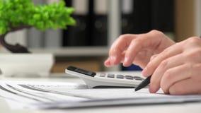 Бизнесмен работая в офисе и высчитывая финансы концепция финансового учета дела акции видеоматериалы
