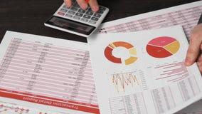 Бизнесмен работая в офисе и высчитывая финансы концепция финансового учета дела видеоматериал