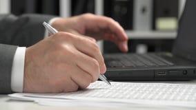 Бизнесмен работая в офисе и используя ноутбук концепция финансового учета дела сток-видео