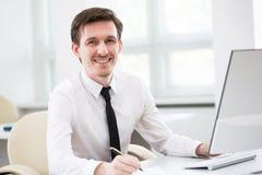 Бизнесмен работая в офисе стоковое изображение rf