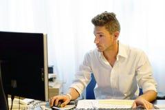 Бизнесмен работая в офисе Стоковая Фотография RF