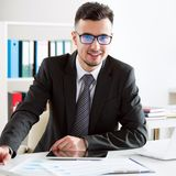 Бизнесмен работая в офисе стоковые фото