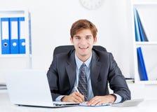 Бизнесмен работая в офисе Стоковые Фотографии RF